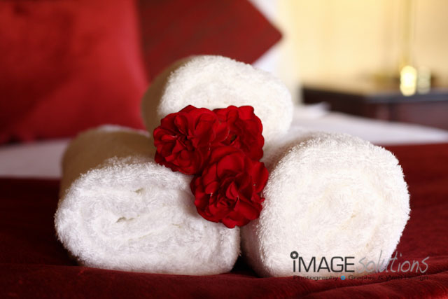 towels-roses-bed-decor-photographer-03